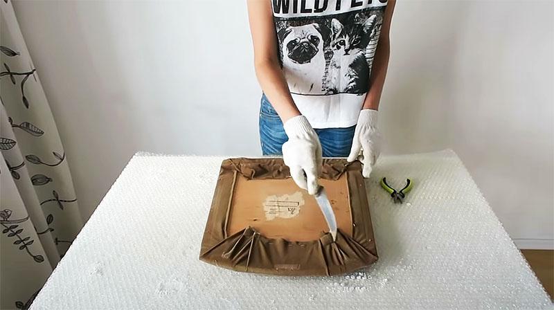 При помощи ножа или отвёртки и плоскогубцев следует удалить все скобы