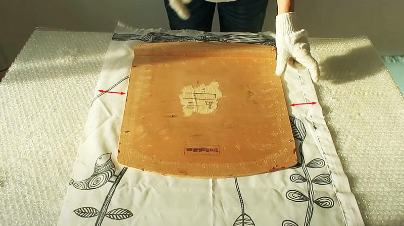 Ткань должна быть больше, чтобы оставался запас для фиксации после укладки поролона