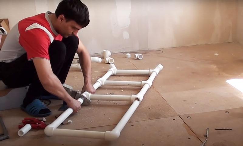 Сначала нужно собрать часть со ступеньками. В самом низу на трубы устанавливаются детали с углом в 45°. С одной стороны они закрываются заглушками. Затем идут тройники со ступеньками, а верх состоит из высокой п-образной детали – это поручень стремянки. Оптимальная ширина ступенек – 30-35 см, высота – около 30 см. Нецелесообразно делать больше 3 ступенек, так как такие лестницы при большой нагрузке могут утратить свою прочность