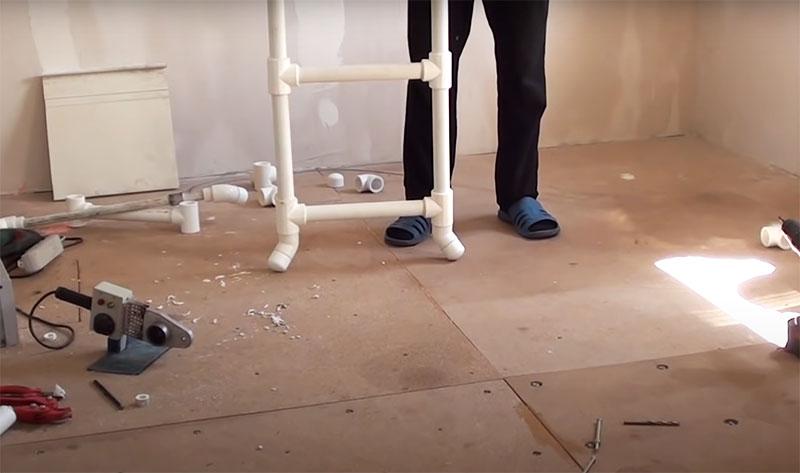 Благодаря таким деталям внизу лестница может очень устойчиво стоять в разложенном виде даже на неровной поверхности. Эти детали будут стоять на всех 4 опорах стремянки