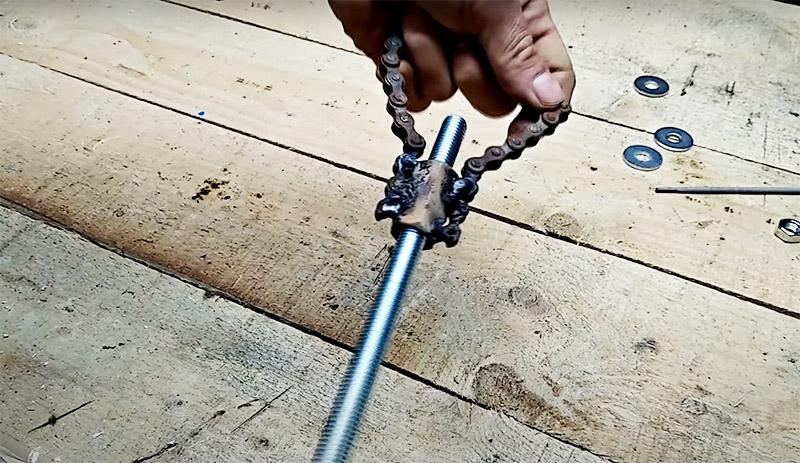 Теперь в гайку нужно вкрутить длинный болт. Он должен быть длиной не меньше 20 см, чтобы было удобно установить ручку и использовать ключ. Оптимально – шпилька длиной 30 см