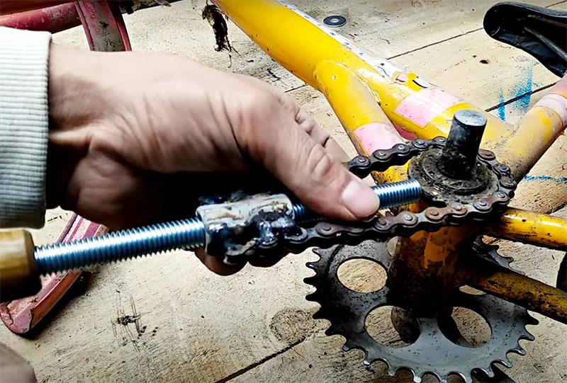 Нужно просто набросить цепь вокруг детали и завинтить болт так, чтобы он стал упором для цепи. Затем лёгкий поворот рукояти – и ваша задача выполнена