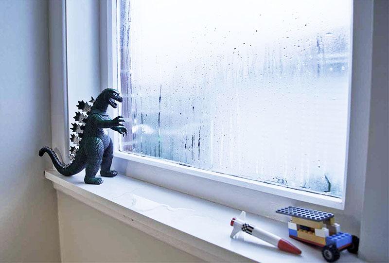 Если вы часто замечаете конденсат на окнах, то начинайте принимать решительные меры. По возможности приобретите специальные приборы, «забирающие» лишнюю воду из воздуха, или старайтесь как можно чаще проветривать комнаты