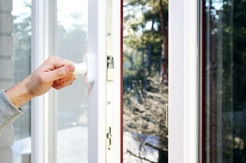 Замена одной детали в окне может стоить крайне дорого, поэтому старайтесь не дёргать ручку, медленно переводите её из вертикального в горизонтальное положение для открытия окна