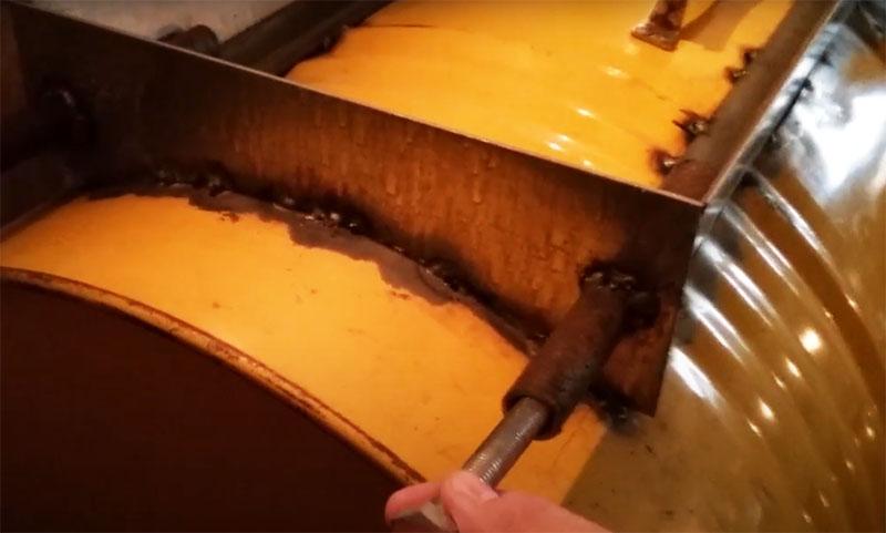 Прочная и герметичная фиксация крышки люка гарантирована за счёт приваренных с четырёх сторон труб. Через них после загрузки материалов раствора ввинчиваются фиксирующие болты