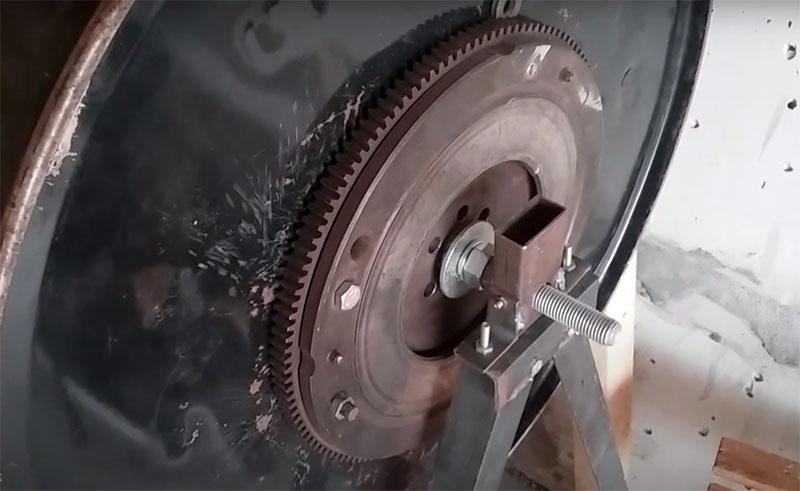 Автор сделал механический привод на основе редуктора от старых «Жигулей». Если вы планируете повторить этот опыт, то при изготовлении усиливающей днище пластины сразу предусмотрите такое расположение креплений, чтобы они же фиксировали и колесо редуктора