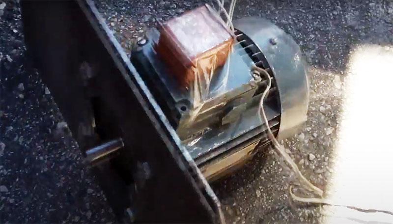 Электродвигатель мощностью не менее 5 кВт для фиксации тоже следует прикрепить на металлической пластине. А её нужно прикрутить к опоре бетономешалки
