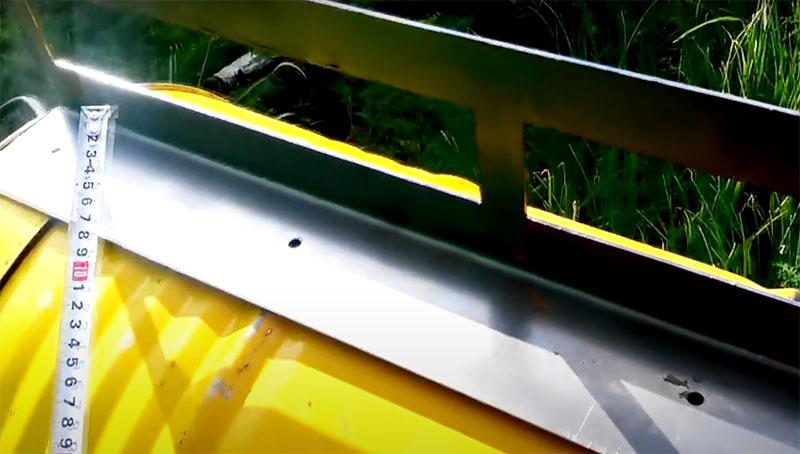 Можно оставить бочку в первоначальном виде, но процесс замешивания будет намного эффективнее, если вы сделаете внутри две лопасти, которые будут при вращении дополнительно смешивать все материалы раствора. Автор для этой цели сделал два уголка из согнутого листового металла со сторонами в 10 и 15 сантиметров. На короткой стороне расположены отверстия под болты для крепления, а на широкой – прорези, через которые будет проходить раствор. Эти два уголка нужно зафиксировать напротив друг друга внутри бочки