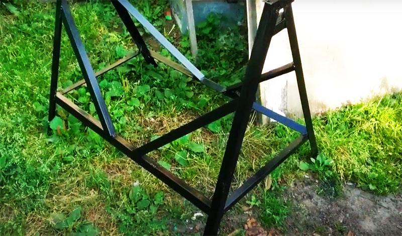 Не жалейте времени и материала на сборку основания. Нужно сделать не только связывающую по периметру опору, но и несколько укосов, а также укрепляющие поперечины внизу и вверху конструкции