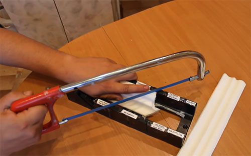 Чем и как резать пластиковый плинтус: тонкости работы с материалом
