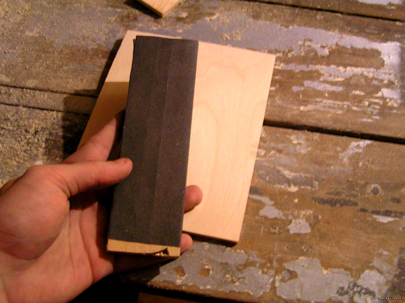 Наждачная бумага с деревянным бруском неплохо справится с поставленной задачей