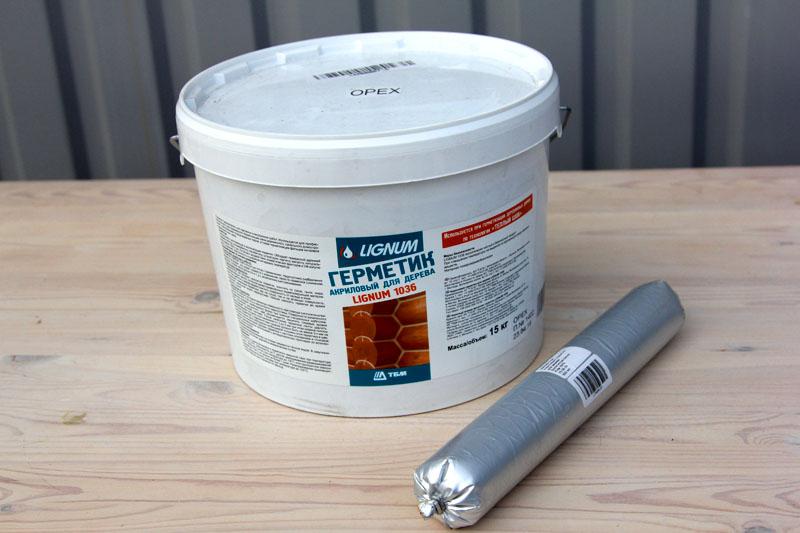 Вот в таких упаковках можно найти в магазине акриловый герметик для замазки щелей