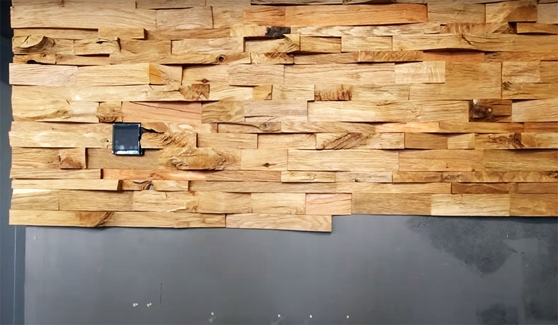Детали трёх размеров чередуются на стене полосами, это даёт ощущение неоднородной хаотичной поверхности. Но при этом не остаётся никаких пробелов и щелей за счёт одинаковой ширины и ровных торцов