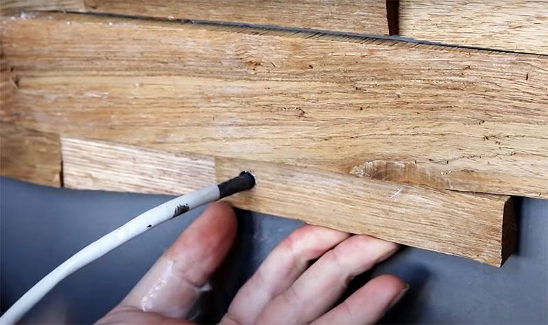Сразу продумайте, где будут располагаться розетки, выключатели и выходы для ламп освещения. Если вам нужно вывести провод – можно просто просверлить деревянный элемент. Для розеток и выключателей нужно тщательно подбирать и подпиливать детали мозаики