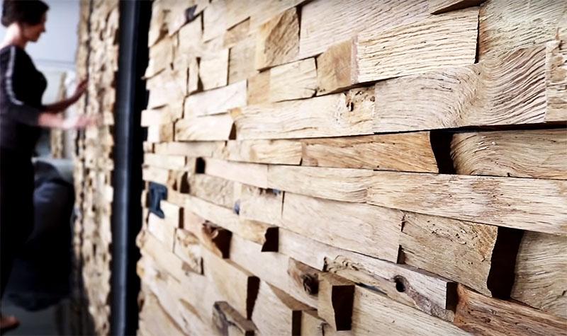 Фактура состаренной древесины превратит любую стену в яркий акцент даже без последующей обработки. Но вы можете покрыть её лаком для придания блеска и лучшей сохранности. К тому же лакированную поверхность будет легче очищать от пыли обычной метёлкой для уборки