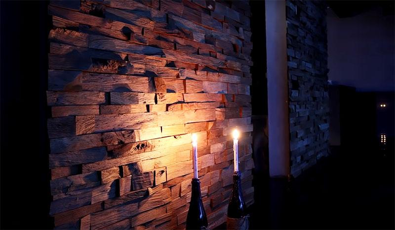 Очень интересно будет смотреться такая стена, если сделать на ней подсветку, особенно – снизу. Свет будет разбиваться на неровной поверхности и создавать необычный эффект. Для подсветки можно использовать светодиодную ленту или направленные светильники