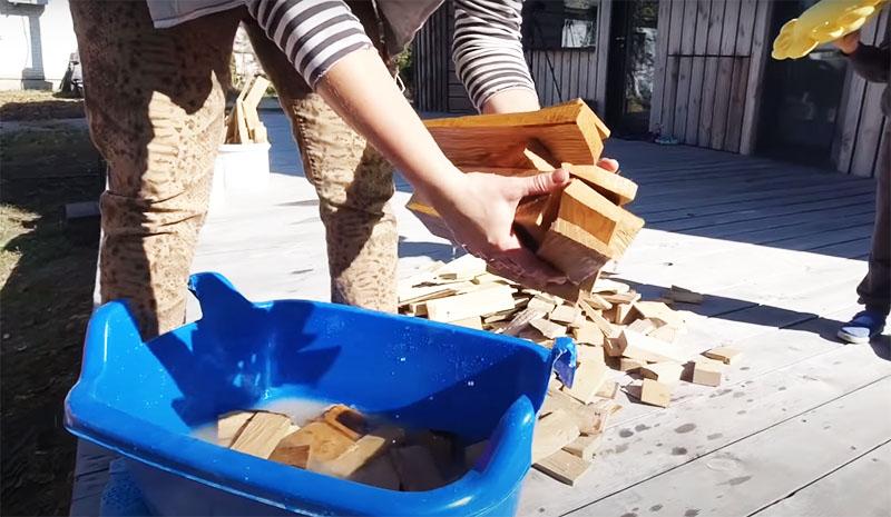 В процессе обработки нужно просто замочить деревянные детали в растворе соды на 20–30 минут