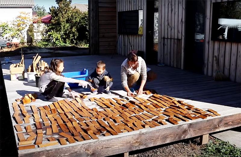 Затем бруски выкладывают на открытом воздухе, желательно на солнечном участке и сушат