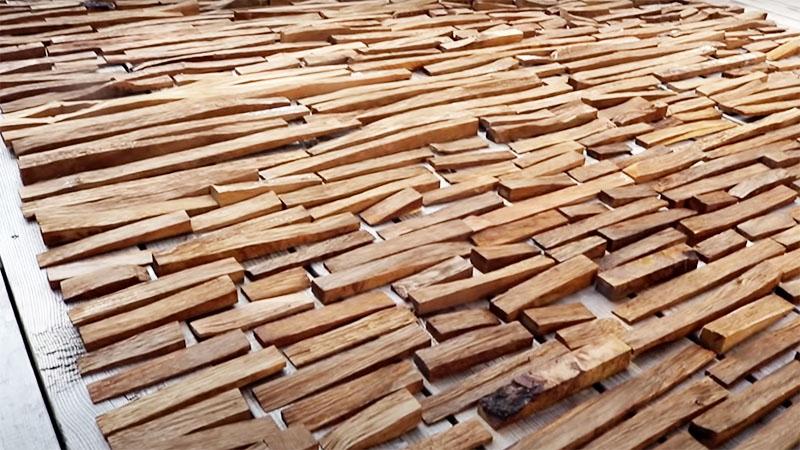В процессе сушки древесина быстро темнеет и приобретает благородный оттенок, характерный для её породы. В этом мастер-классе преимущественно использовался дуб, так что цвет получился соответствующий
