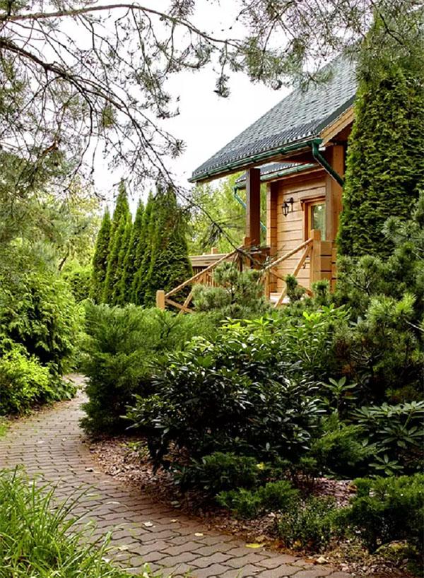 Приусадебная территория напоминает благоустроенный парк