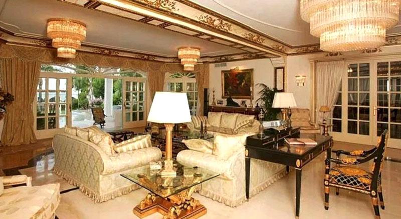 Потолок гостиной украшен ручной росписью