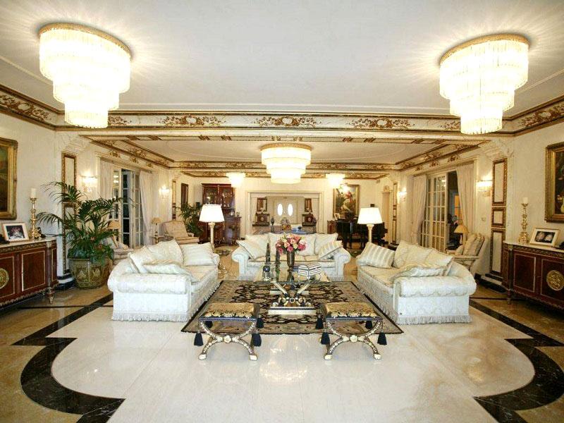 В зоне отдыха поставили три дивана с шёлковой светлой обивкой