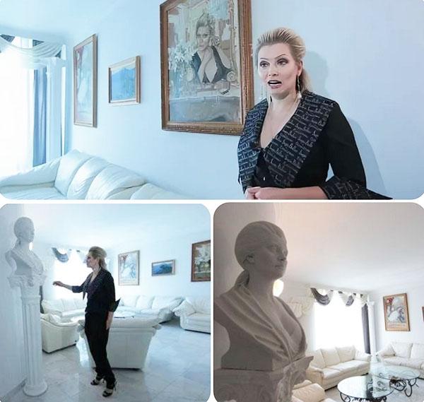 Гостиную украшает несколько скульптур и картин с изображением хозяйки дома