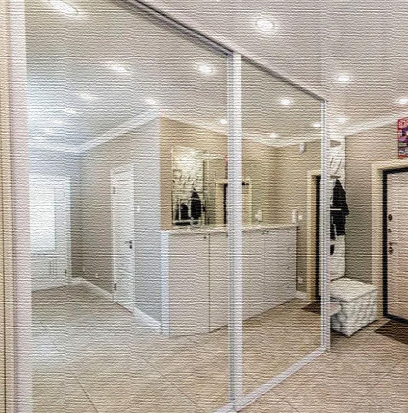Зеркальные дверцы командора визуально увеличили и без того немаленькое пространство