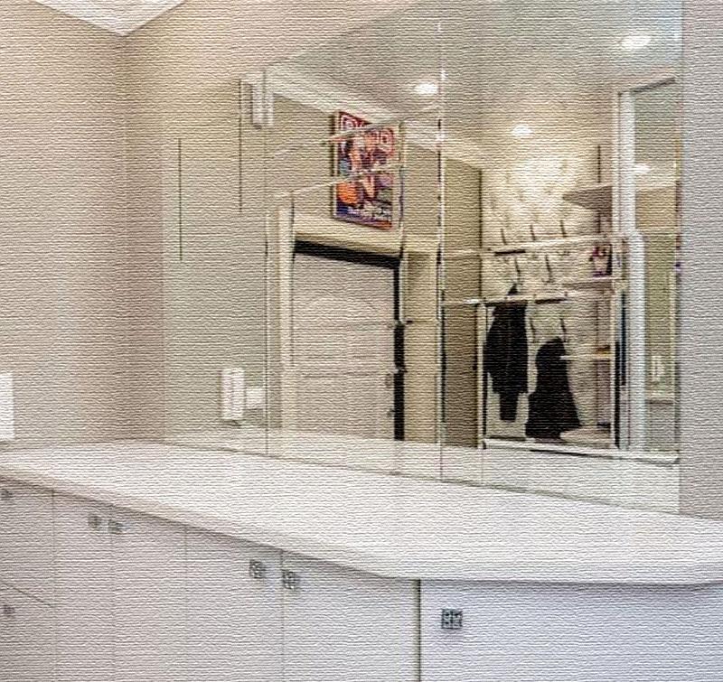Напротив командора стоит лаконичный комод с хромированными ручками и огромное зеркальное полотно, украшенное лазерной гравировкой