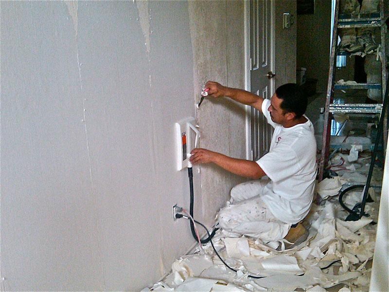 С гипсокартонными стенами нужно обращаться аккуратно