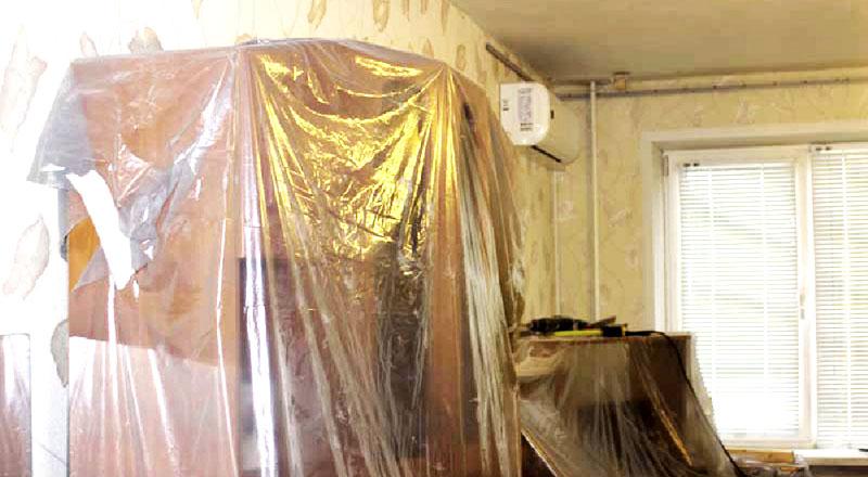 Если нет возможности вынести мебель, то нужно закрыть её строительной плёнкой