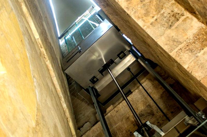 Преимущество такого устройства в том, что механизм можно поместить в любом месте, необязательно непосредственно рядом с лифтом