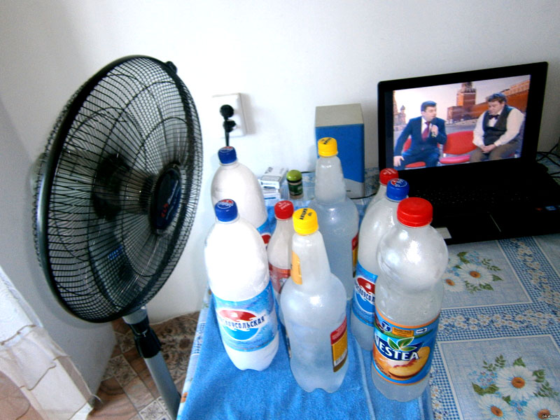 Замороженная тара будет охлаждать воздух, а бутылки по мере нагрева можно менять