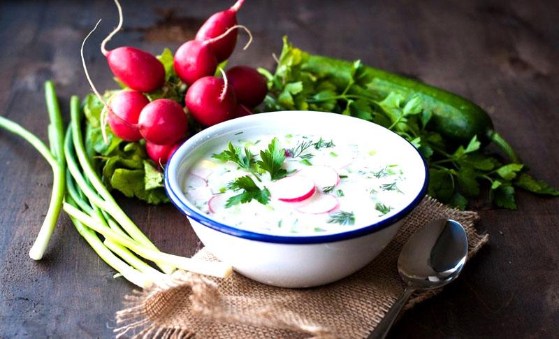 Холодная окрошка с хреном, салаты из свежих овощей и другие подобные блюда в знойные дни отлично усваиваются, быстро готовятся и благоприятно скажутся на вашей фигуре