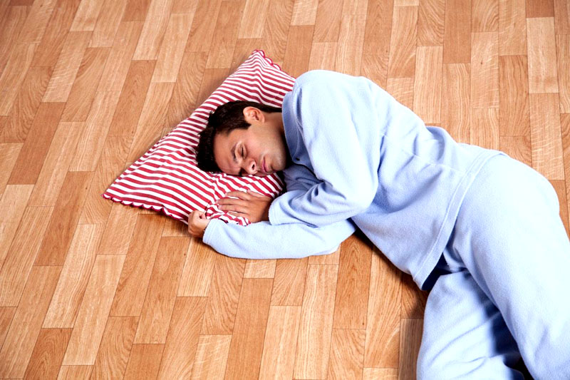 А ещё эффективнее – расположиться спать прямо на полу, весь горячий воздух поднимается наверх, и здесь вам будет полегче
