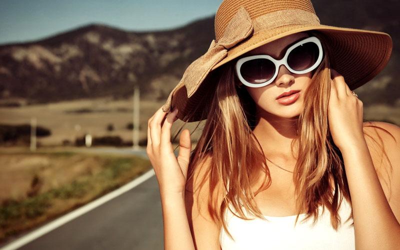 Обязательно наденьте головной убор и тёмные очки, чтобы защитить глаза от ультрафиолета