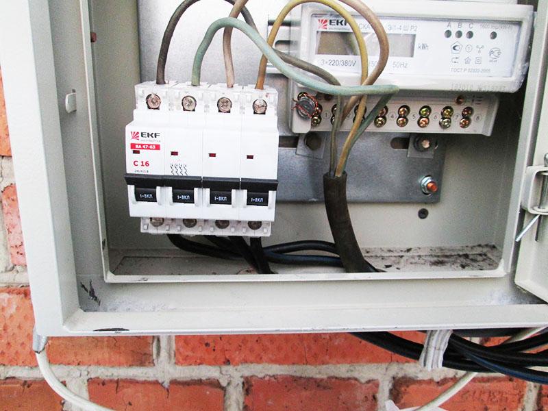 Вводной автомат необходимо отключить перед началом работ