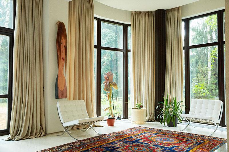 Зону для релаксации украшает картина «Растянутая женщина», привезённая из японской галереи
