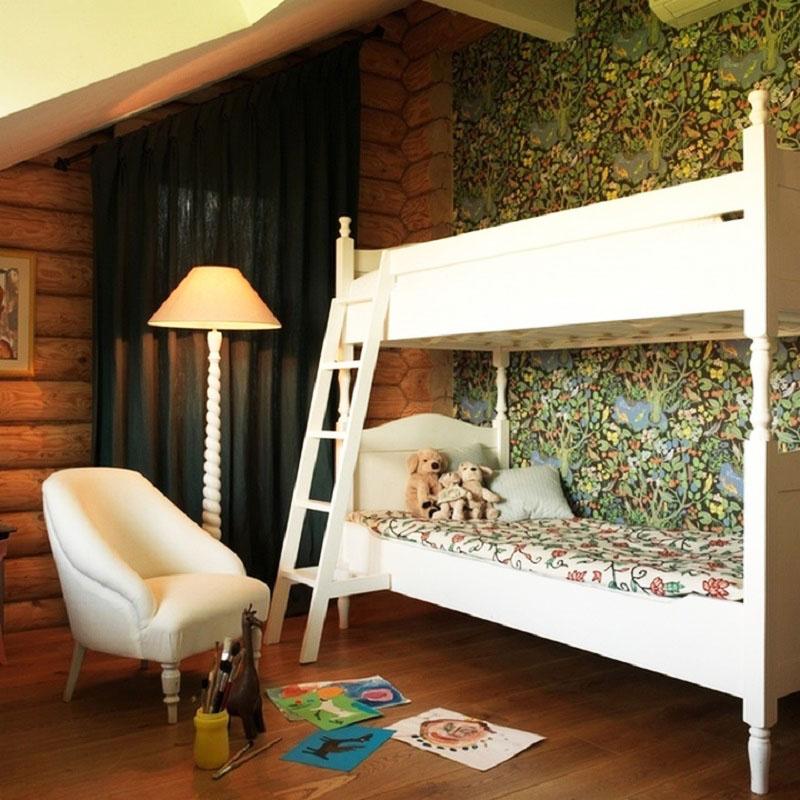 Для вечернего освещения возле кроватки поставили дизайнерский торшер со спиралевидной ножкой, яркость которого можно регулировать вручную