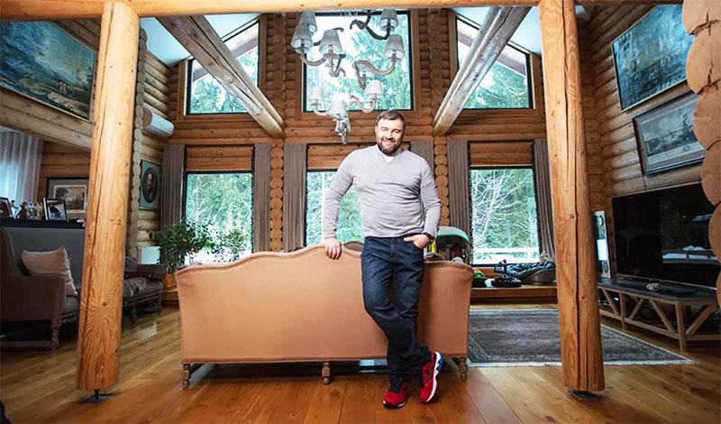 Стены дома покрыты защитными составами, не перекрывающими природную структуру древесины