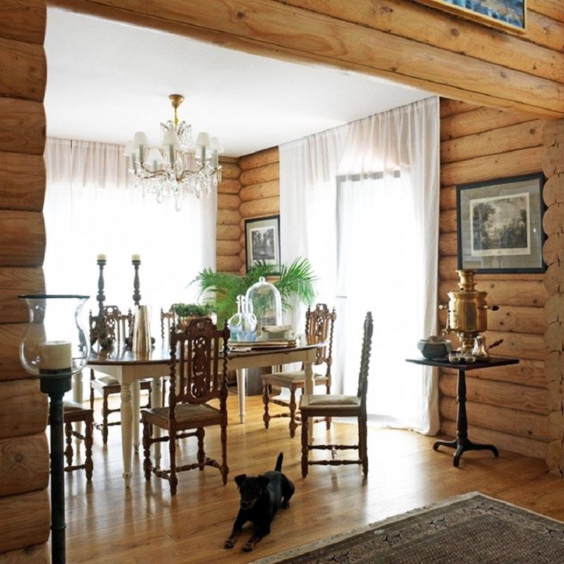Столовую освещает роскошная люстра с хрустальными подвесками и лампочками-свечками