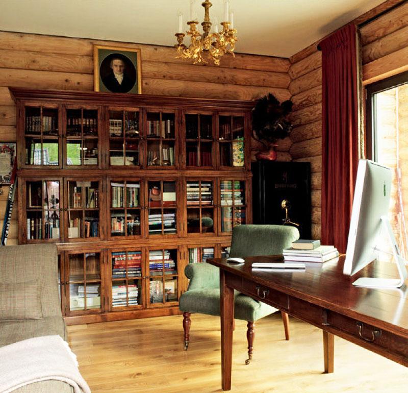 В кабинете поставили внушительный шкаф из массива со стеклянными дверцами, в котором хранится обширная библиотека семьи
