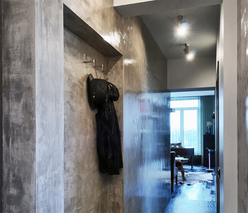 С бетонных стен удалил прежнюю отделку и покрыл поверхности несколькими оттенками лака