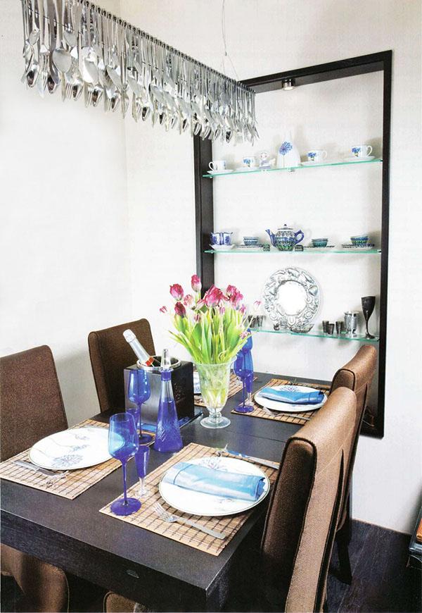 Обеденный стол сервирован французской посудой и фужерами из цветного стекла