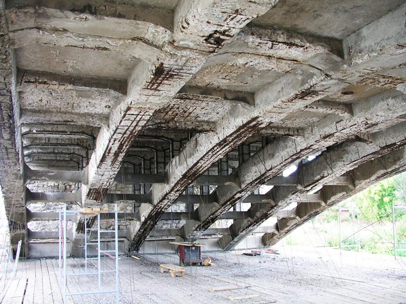При превышении определённого значения бетонная конструкция начинает разрушаться