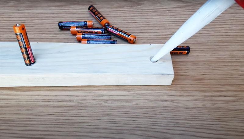 Вклейте батарейки в углубления, используя универсальный клей