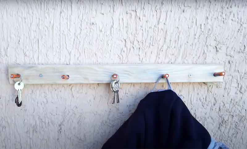 Остаётся только закрепить рейку на стене – и вы можете использовать импровизированную вешалку для одежды и ключей