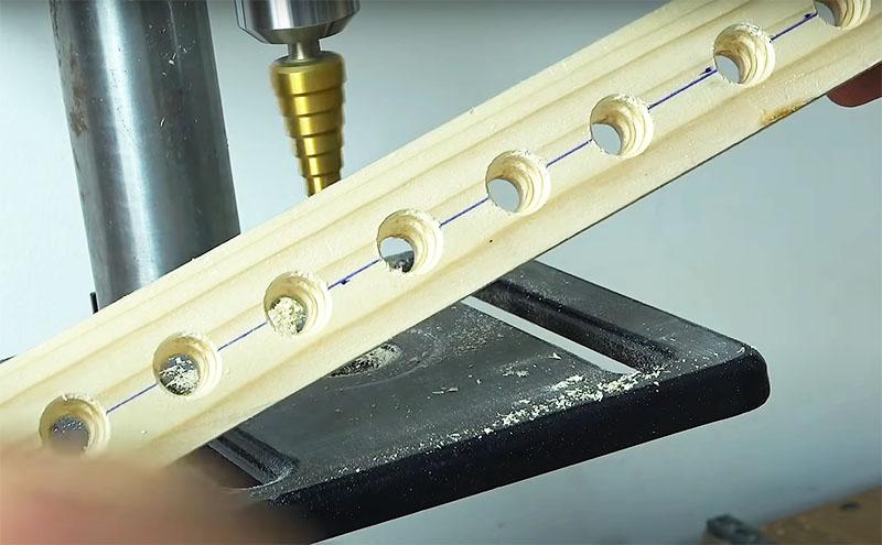 Основа инструмента – всё та же деревянная рейка с отверстиями под батарейки