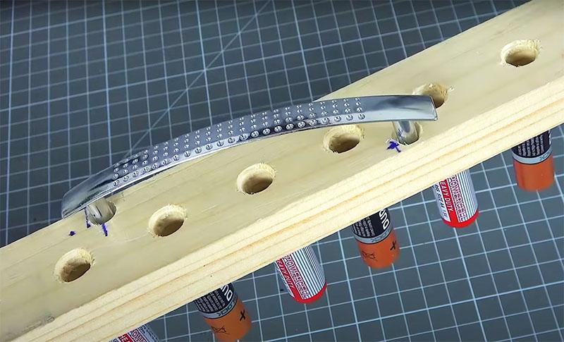 У такого инструмента по центру нужно закрепить удобную ручку. Для упора лучше зафиксировать её наискосок