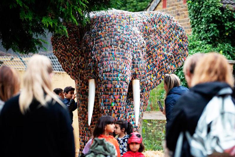 При определённых усилиях батарейки даже могут превратиться в арт-объект. Например, такой, как этот слон. Такая скульптура может украсить ваш сад
